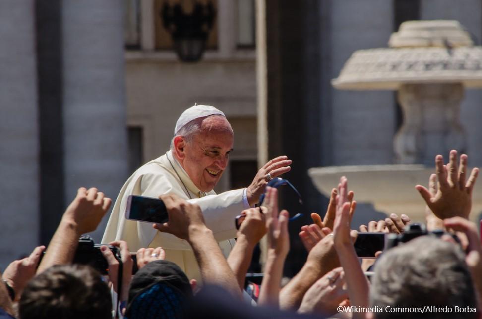 Pápež František máva veriacim