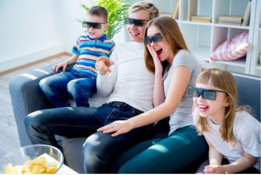 Rodina pozerá film na 3D TV