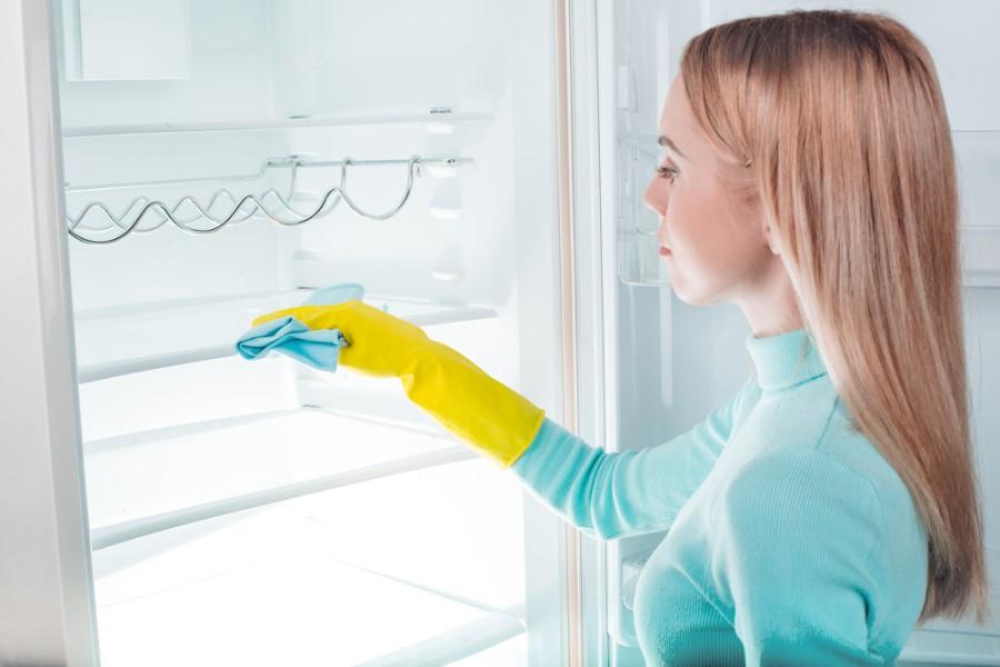 Žena čistí chladničku
