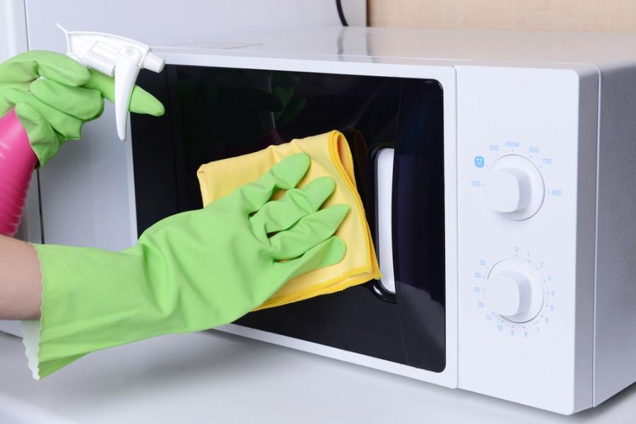 Čistenie mikrovlnky pomocou čistiaceho prostriedku
