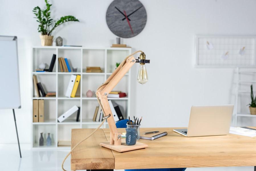Drevený regál v kancelárii