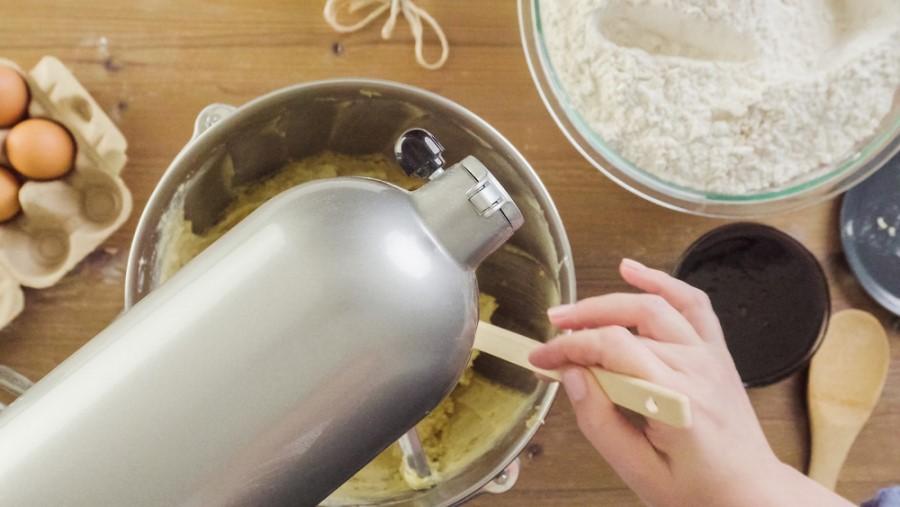 Kuchynský robot pripravuje cesto na vianočné pečivo