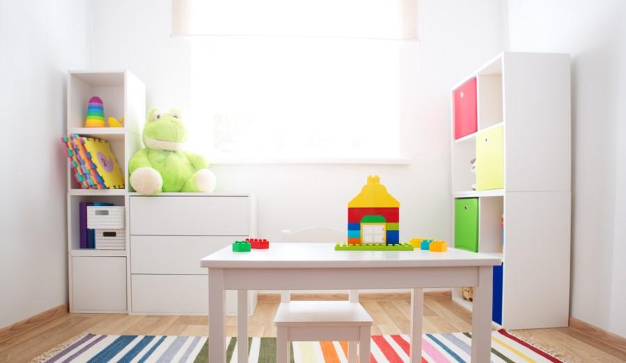 Regál na hračky v detskej izbe