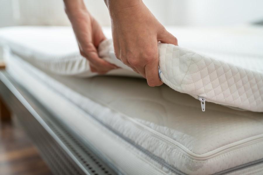 Doplnkový matrac na posteli
