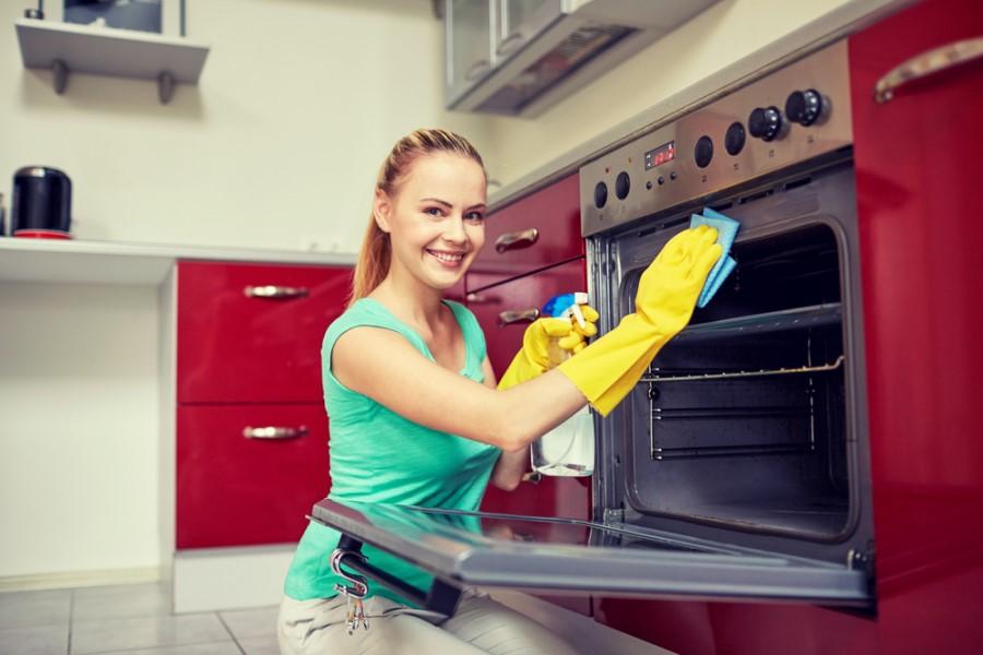 Žena čistí nerezový sporák