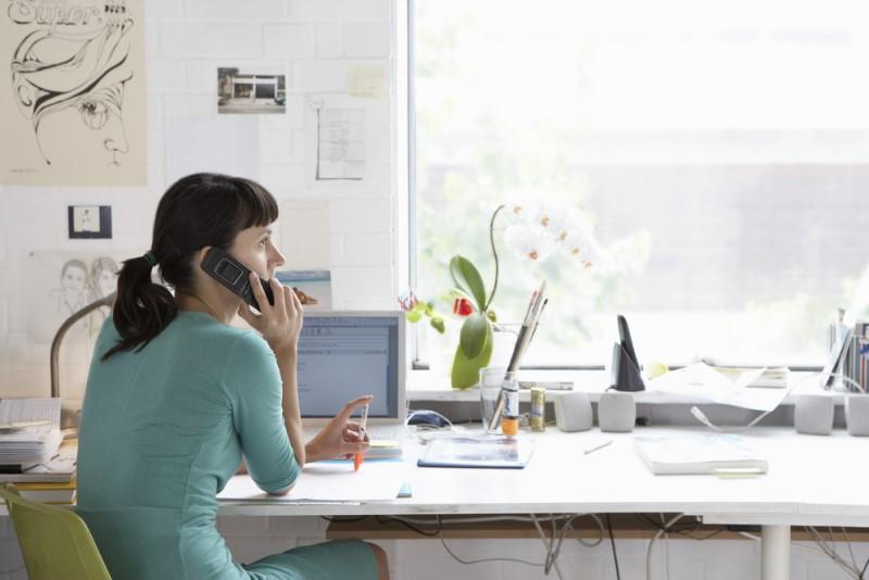 Žena pracuje v domácej kancelárii