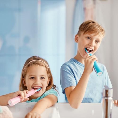 Deti si čistia zuby elektirckou zubnou kefkou