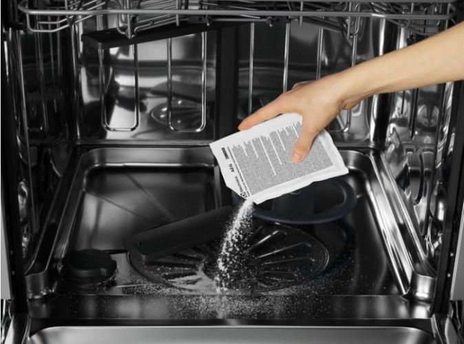 Hĺbkové čistenie umývačky riadu originálnymi čistiacimi prostriedkami